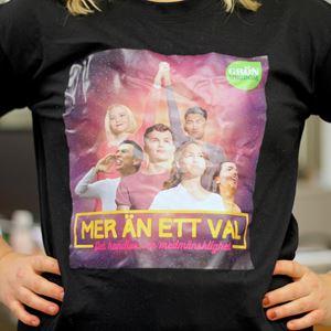 Bild på T-shirt: Mer än ett val - Det handlar om medmänsklighet